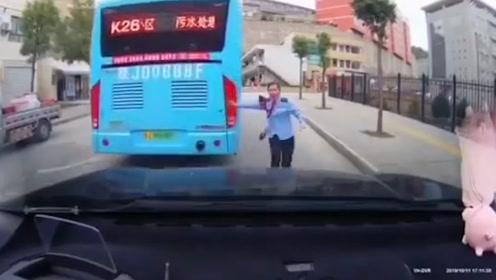 """司机误触手刹公交车坡上高速溜车撞小车 女子奔向小车大喊""""爸爸"""""""