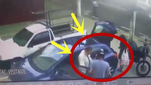 """夫妻刚下车就遇抢劫,最后一刻丈夫彻底怒了,直接开枪""""反杀""""!"""