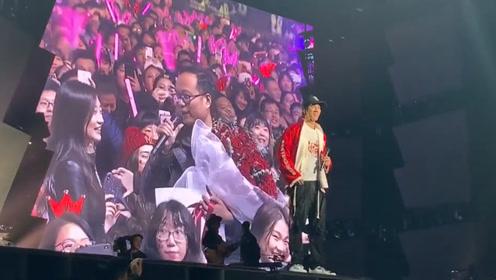 王力宏演唱会男粉丝组团求婚 二哥神助攻:说你的台词
