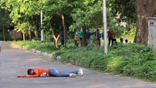 老外恶搞假装触电,当众躺在地上颤抖,甚至是追着路人跑来跑去