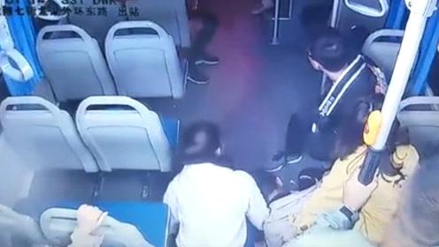 """郑州女子坐公交时突然晕倒抽搐,公交车""""变救护车""""5分钟送医"""