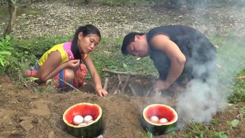 农村女孩掏鸟窝,将鸟蛋放在西瓜里煮熟,变成水果口味煮鸡蛋!