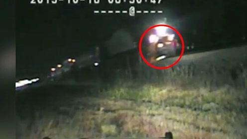 千钧一发!美国一警察将昏迷男子拖下车 下一秒车子就被火车撞飞