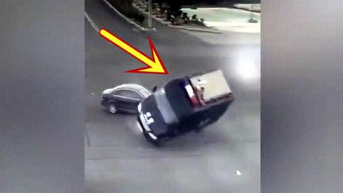 这个车祸够轿车司机吹一辈子了!