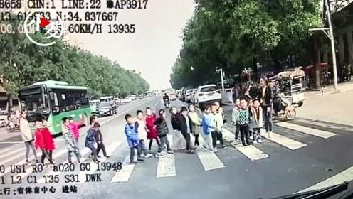 温暖!公交司机一个习惯性举动 让一群小朋友排队鞠躬敬礼