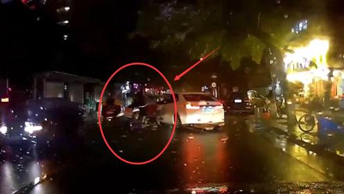电动车强行超车,被汽车直接撞倒在地,行车记录仪拍下全过程!