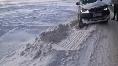 丰田普拉多与路虎揽胜对比,雪地轻轻松松就过去了
