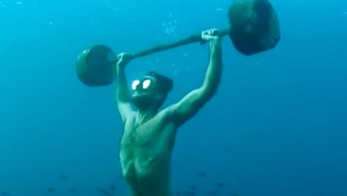 老外奇葩挑战,在海底进行举重,看着没想象中的简单