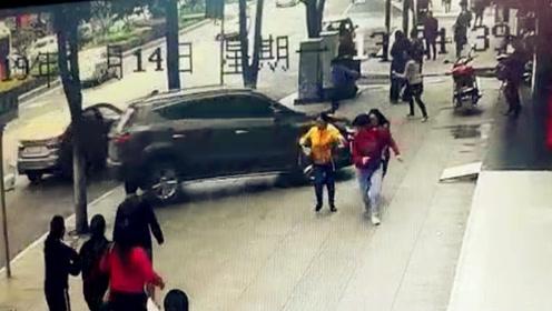 女司机驾越野车2次过街撞车闯入银行 3名路人与死神惊险擦肩