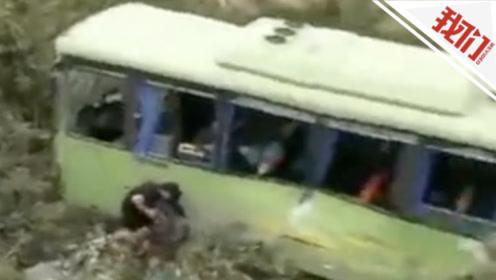 惊险!监拍桂林一公交车撞开水泥墩 冲出路面翻滚到水库边