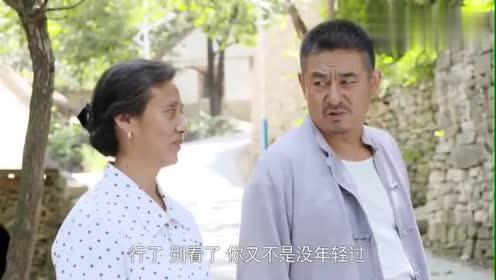 大妈羡慕小情侣,想搂着丈夫压马路,丈夫却甩开她的手,太逗了!