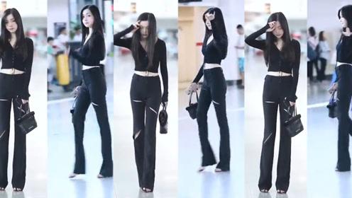 黑色的时尚上衣配黑色的紧身长裤,小姐姐穿出超模的气质!