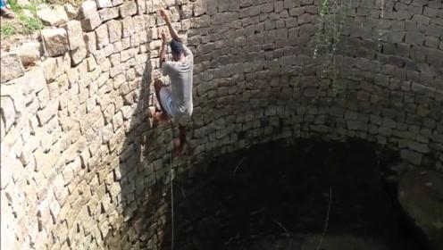 废弃水井总是传来沙沙声,村民将水抽干一看,黑压压一片!