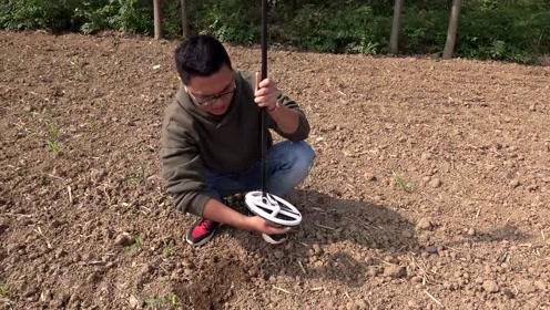 拿金属探测器在农村地里寻宝,探出个东西不认识,网友们给看一下