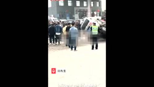 河北沧县一面包车与货车相撞致2死7伤 现场群众联手救人