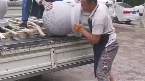 原来大石头是这样从车上卸下来的,真是开眼了,网友:高手在民间