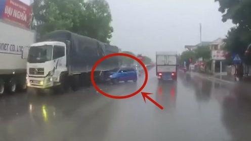 小车突然掉头被货车撞上,被迫体验了一把碰碰车,太可怕了