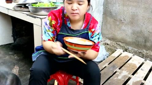 """""""肥肠""""还能涮火锅?苗大姐的苗式做法网友很是稀奇,这样吃会好吃?"""