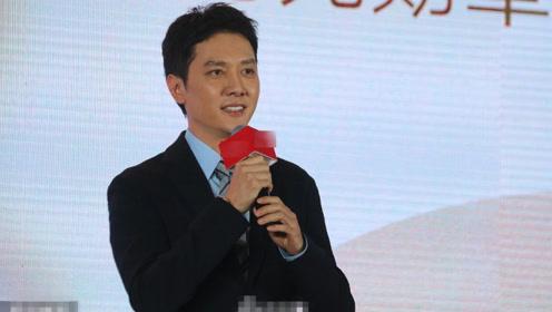冯绍峰登台发言沉稳帅气 笑容满面心情佳
