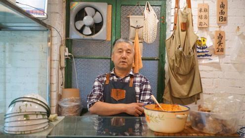 暖心大叔开店卖卤面,经常免费请环卫工和学生吃面,收获大批铁粉