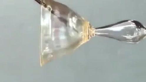 看着玻璃工匠将玻璃制成艺术酒杯,制作过程看得太爽了