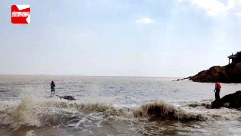 惊险!浙江一男子海边钓鱼太过专心,遇涨潮困礁石中险被冲走