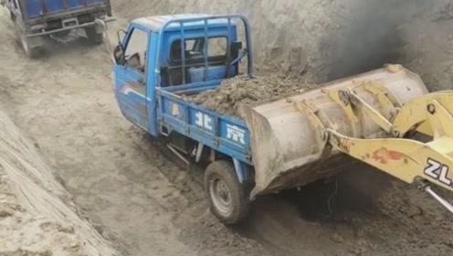 铲车司机应该是个新手,看他操作就知道了