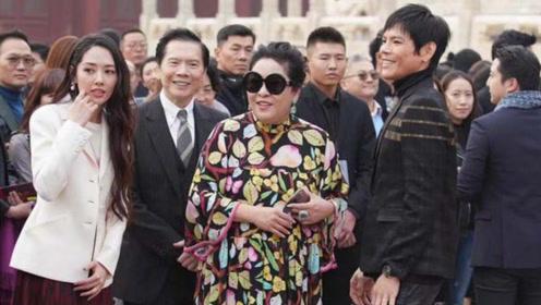 郭碧婷婚后穿衣风格大改变,婆婆向太打扮更夸张,浮夸的一家?
