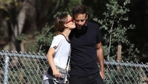 恩爱夫妻!女星娜塔莉·波特曼和丈夫在洛杉矶一起遛狗