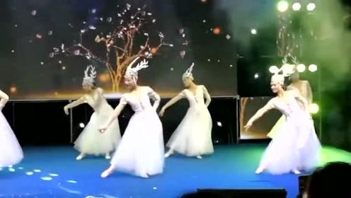 小姐姐们台上表演洗脑神曲《芒种》,画面太仙了吧!