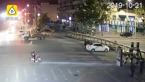 天降横祸!货车超高撞落限高杆砸中路过小车