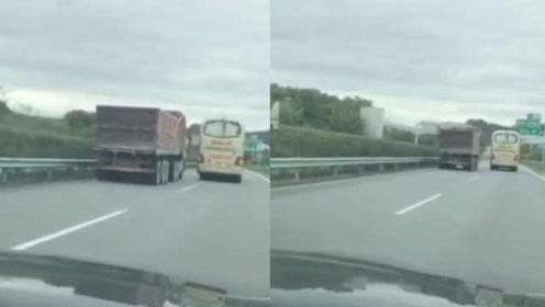这段60秒视频被四川人疯传!大巴载1车人高速别车,激怒众人