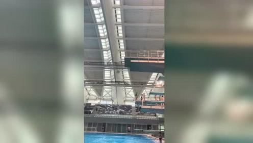 五岁小朋友竟然从十米台果断跳下来,怪不得中国跳水总得冠军!
