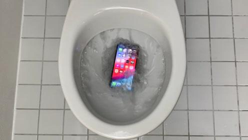 小伙将女友的新手机扔进马桶,按下冲水键的瞬间,意外发生了!