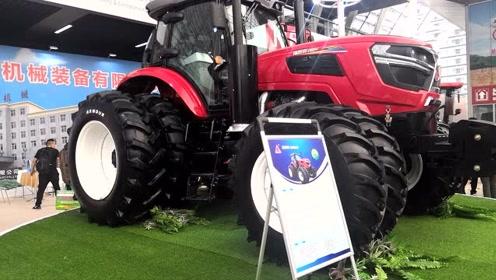 农村小伙带堂哥参加青岛农机展,被眼前的大型农机给震撼了!