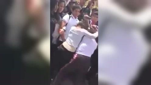 两女孩打架男子开心凑热闹围观 结果下一秒就悲剧了