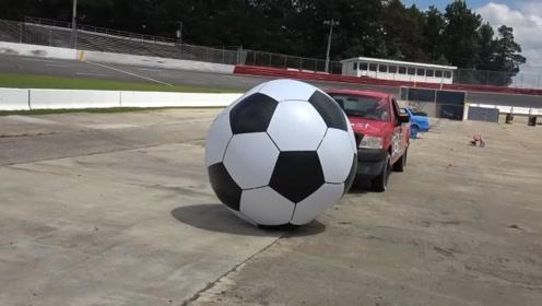 驾驶汽车还能踢足球?老外组织汽车足球赛,看着真过瘾