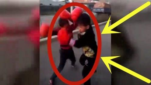 俩7岁男童当街打拳击,这架势,这爆发力,妥妥的下一个拳王!
