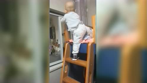 孩子总在不经意间成长,没想到现在已经可以爬楼梯了,真厉害