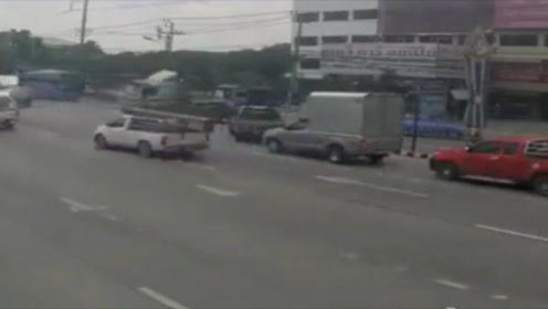 """只听十字路口处""""嗤""""一声,一个大货车""""神龙摆尾""""横在路中间!"""