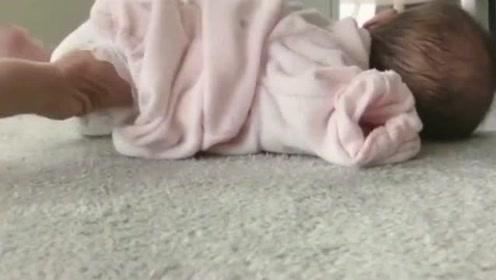 不敢相信1个月大的小宝宝,竟然会爬,这小脚也太有力了