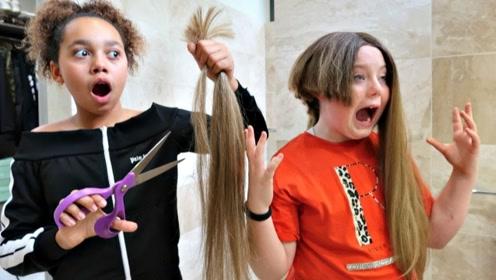 国外熊孩子吵着给小伙伴理发,这手法不敢恭维,小伙伴却满意极了!