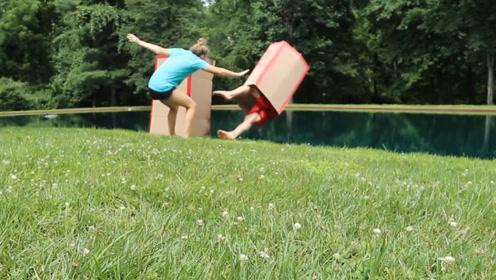 小情侣玩挑战盒子,猜对了就要被推下水,看完我也好想体验一把