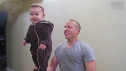 平衡力超强!肌肉老爸手中的萌娃,上辈子是练体操的吧