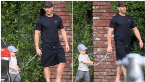 好莱坞巨星杰森·斯坦森硬核遛娃,别人用绳他用铁链,座驾更拉风