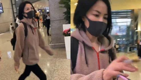 王菲现身机场被粉丝逗乐,亲切给粉丝签名后蹦蹦跳跳上车超欢脱