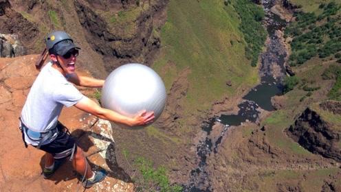健身球弹力有多强?200米悬崖扔下,接触地面瞬间我被震撼到了