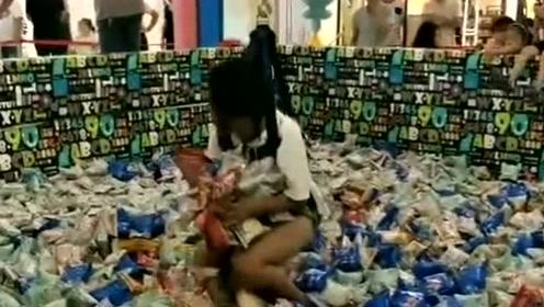小姐姐玩真人夹零食,夹到的都可以拿走,这一下应该不亏吧!