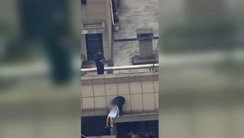 女子因情感纠纷欲轻生 辅警跃下30楼围墙营救