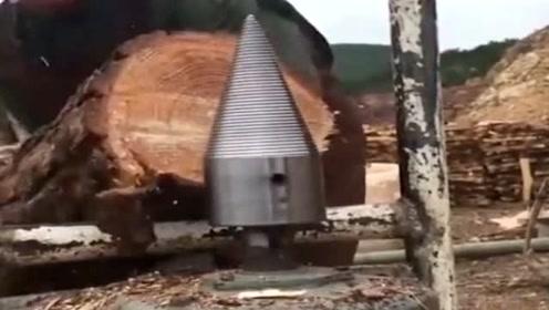大叔每天这样劈木头,一个月能有4000的高薪工资,真是牛人啊